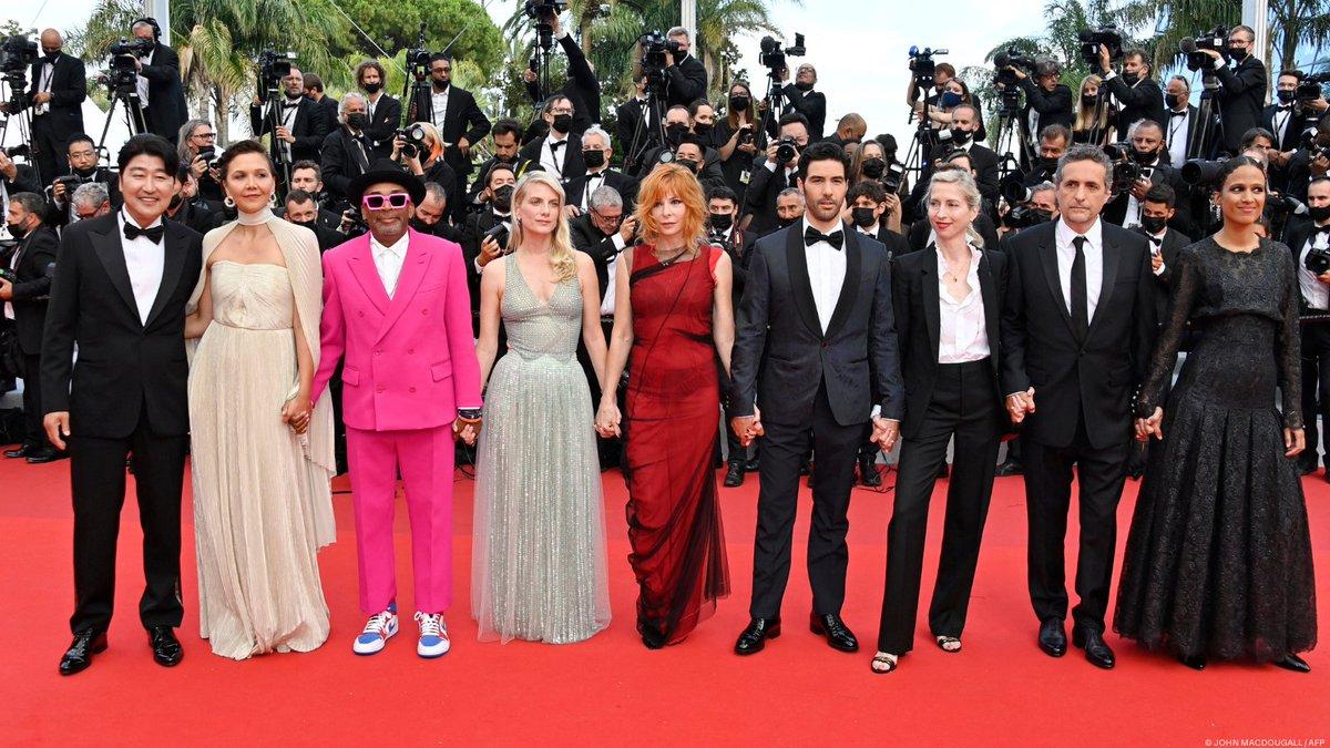 Dàn giám khảo của LHP Cannes năm nay tụ hội trên thảm đỏ.