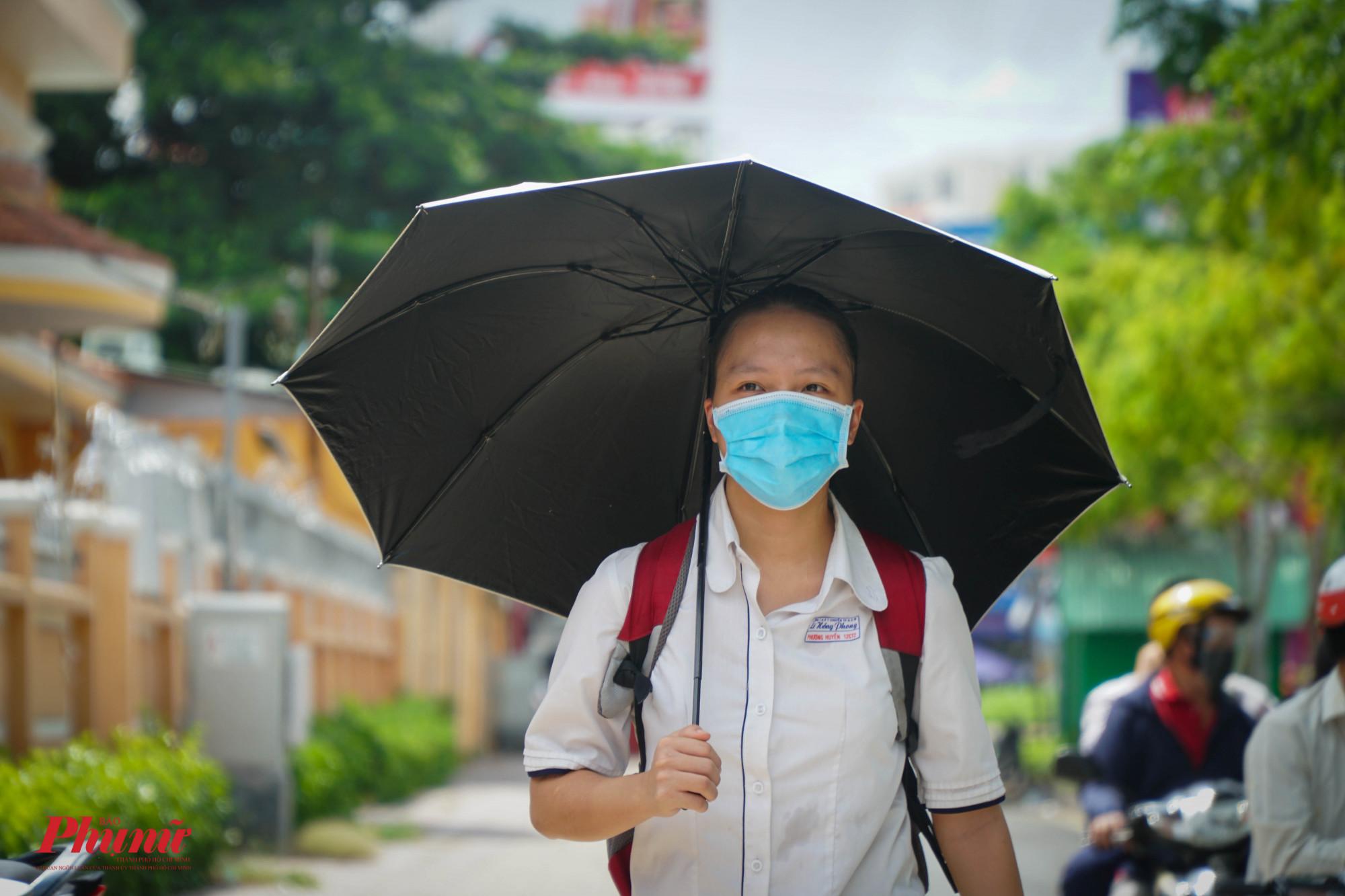 Một thí sinh đã mang dù che nắng vào điểm thi vì thời tiết quá nóng