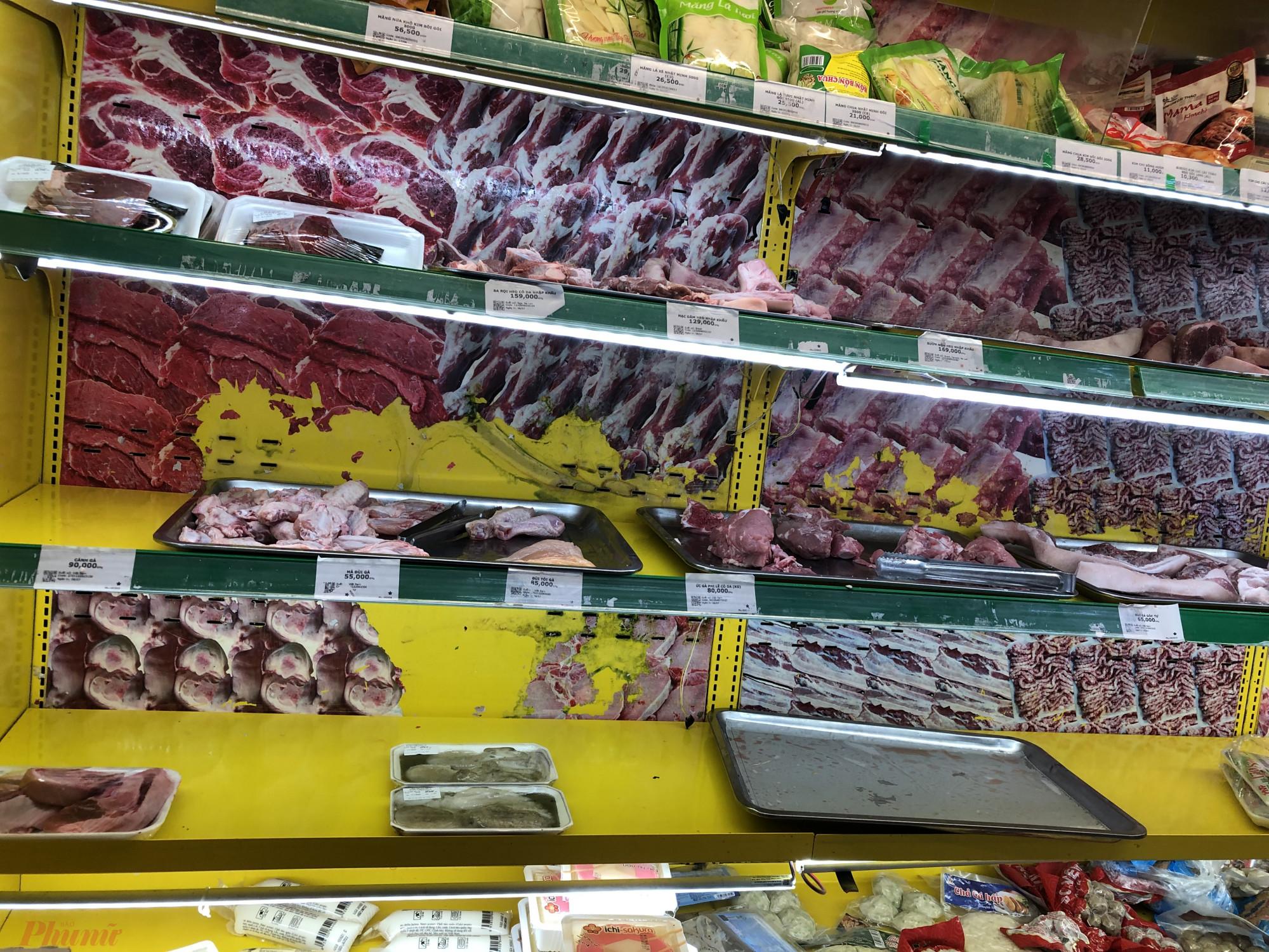 Quầy thịt  tại  Bách  Hoá  Xanh  đường  Võ Thành Trang (Q.Tân  Bình, TPHCM) thì cũng gần hết