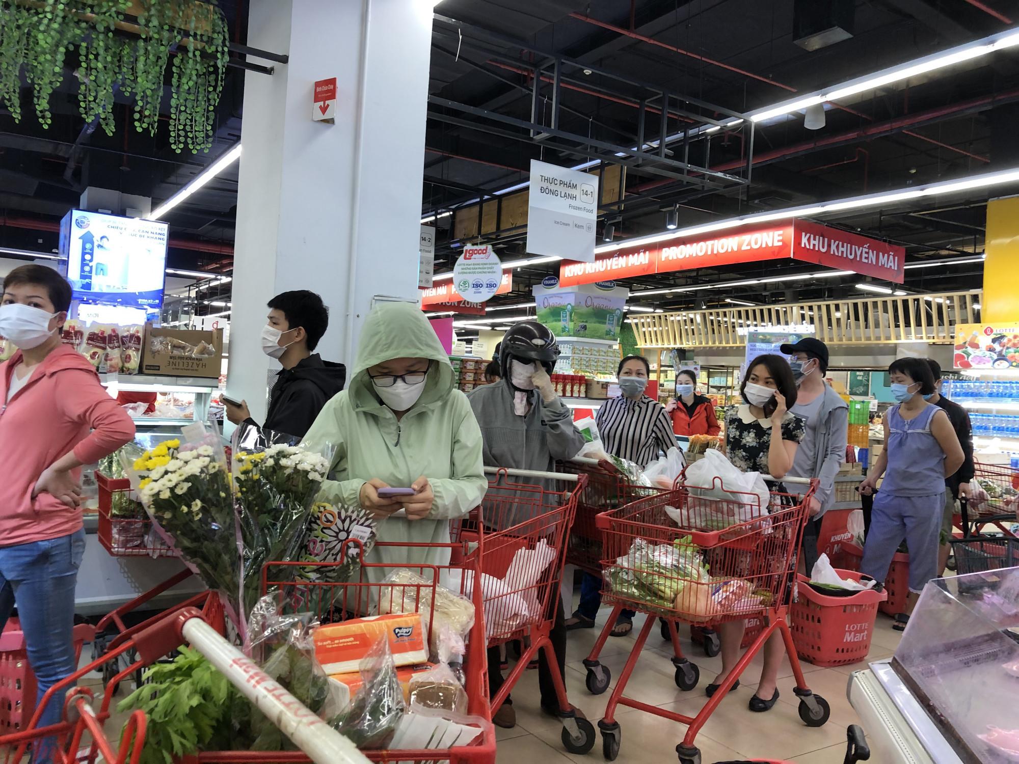 Đây  là lượng khách đang chờ để cân rau  củ, trái  cây
