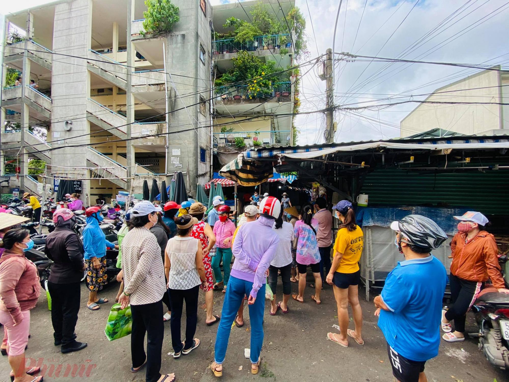 Tại chợ Thanh Đa (Phường 27, quận Bình Thạnh) sáng nay người dân đổ xô đi chợ nhưng bị chặng tại cửa, chợ cho vào từng đợt để đảm bảo công tác phòng dịch. Dân đứng bên ngoài không xếp hàng đứng thành từng cụm, chen chúc rất hỗn tạp.