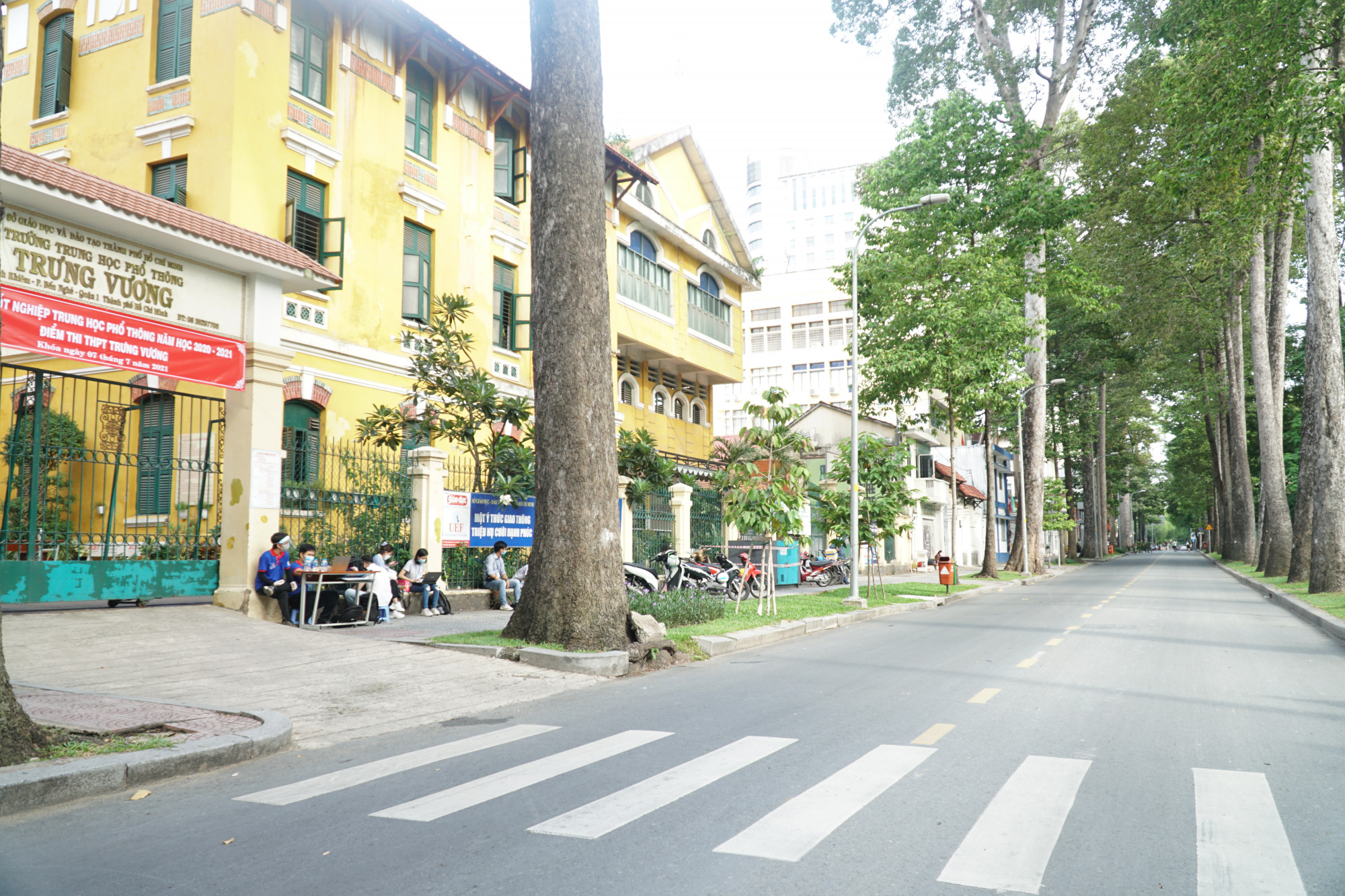 Khu vực trước cổng trường được phân luồng phương tiện thống thống