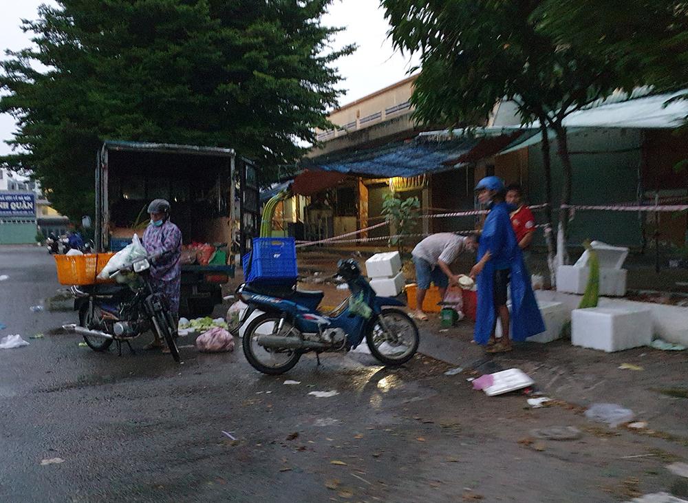 Các tiểu thương bán ở trước chợ, ven đường phải dời đi chỗ khác