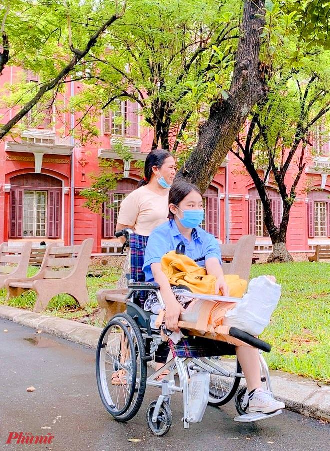 Thí sinh Oanh cùng mẹ tại điểm thi Trường THPT chuyên Quốc học Huế