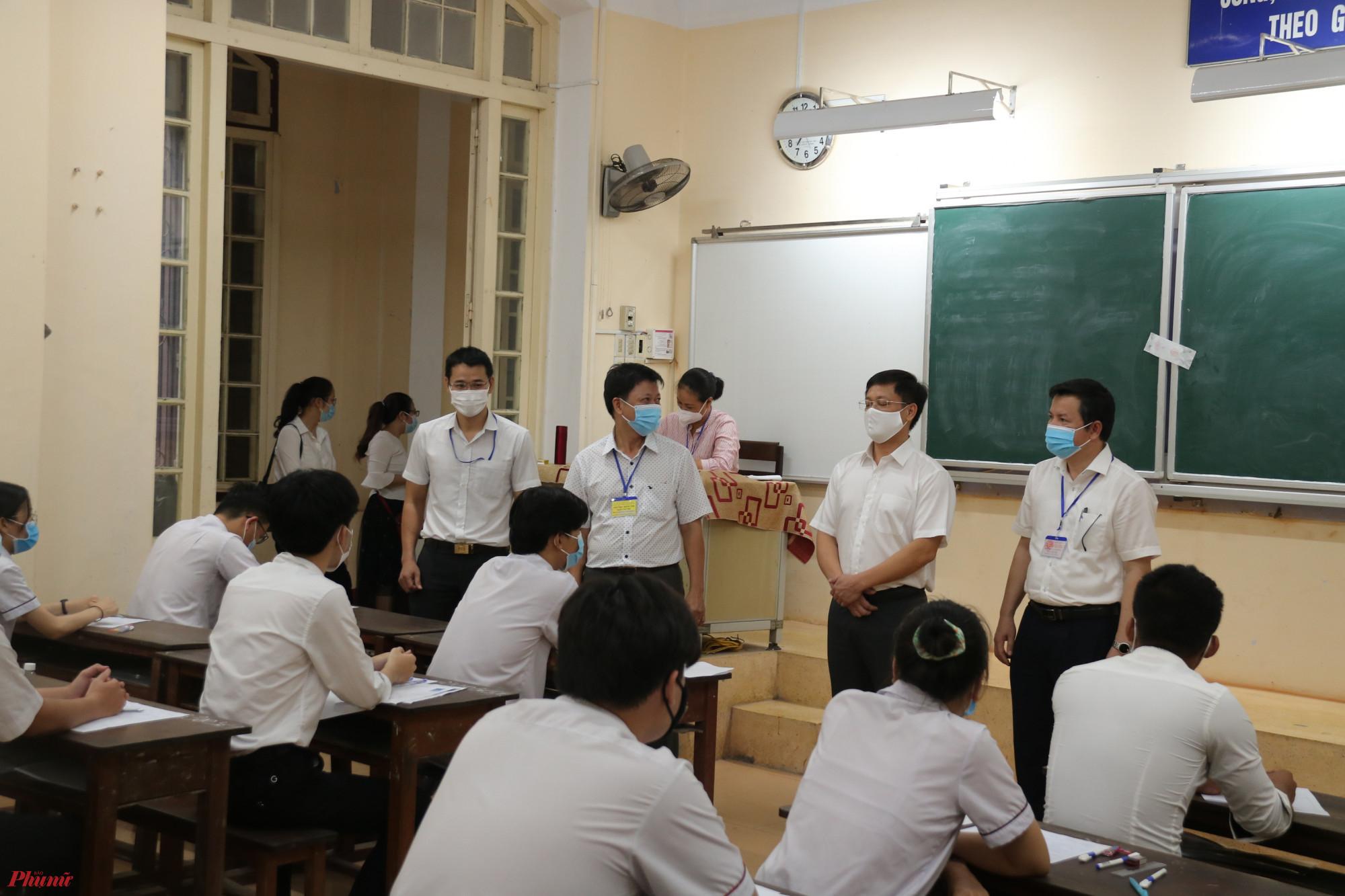 Ông Nguyễn Tân, Giám đốc Sở GD&ĐT Thừa Thiên - Huế cùng lãnh đạo tỉnh này kiếm tra công tác thi tại trường THPT chuyên Quốc học Huế