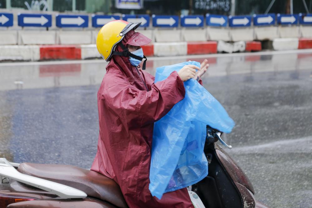 Dưới cơn mưa Phụ huynh bồn chồn đội mưa ngóng theo con vào điểm thi.