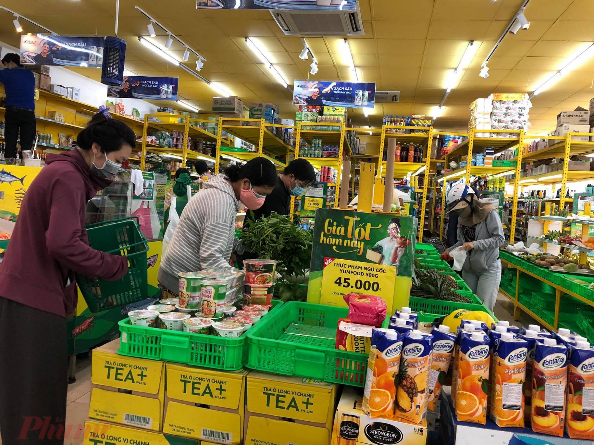 Bách hoá xanh tại Võ Thành Trang Tân Bình, mọi thứ như thịt, cá, tôm, mì… đã hết, chỉ còn các loại rau. Nhân viên nói 30 phút nữa sẽ có thịt heo. Chiều chút sẽ có đủ hàng hoá các loại khác