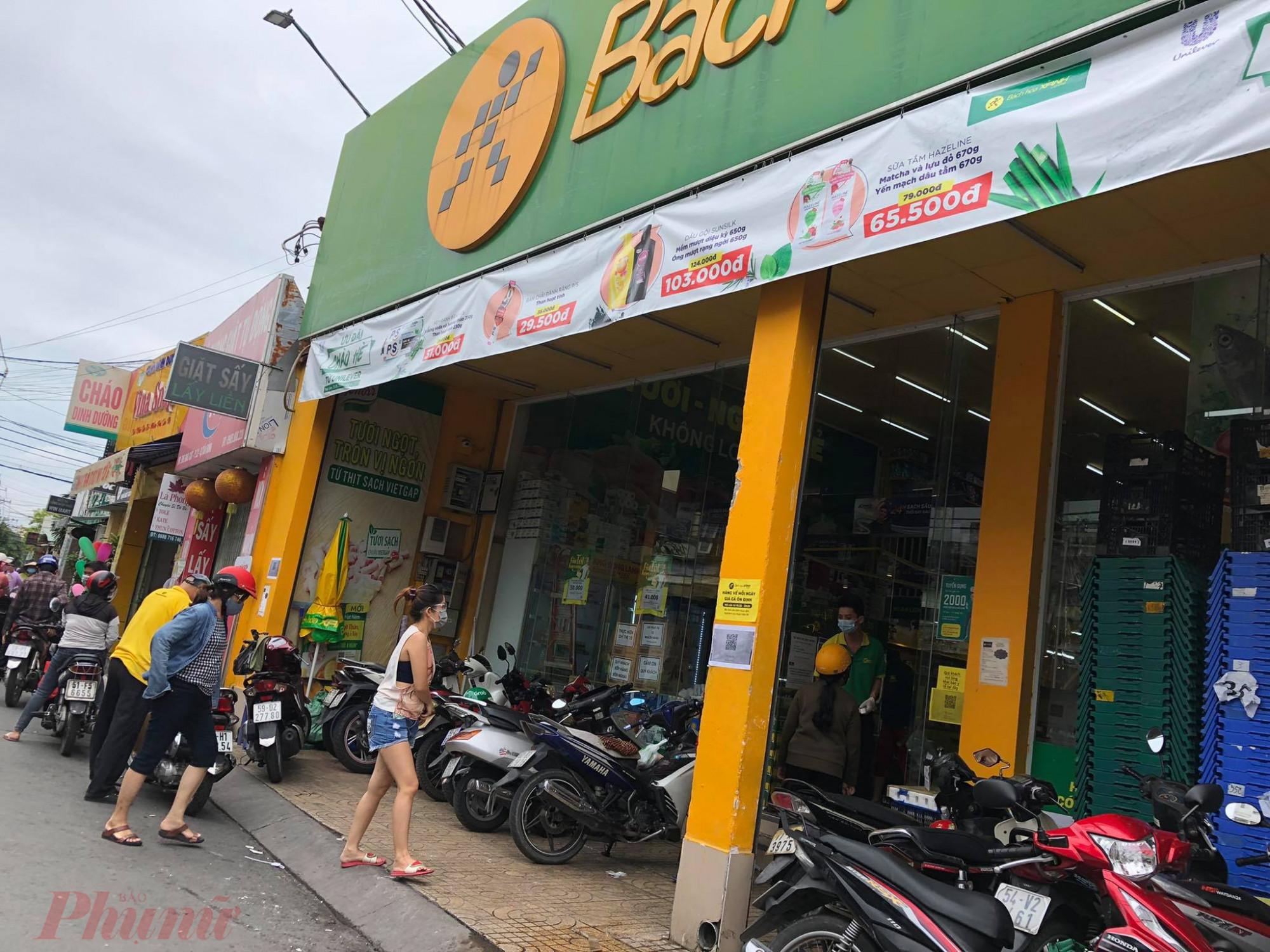 Riêng Bách Hoá Xanh đường Bàu Cát quận Tân bình thì khách cũng không quá đông, thịt, rau và các loại hải sản vẫn còn.