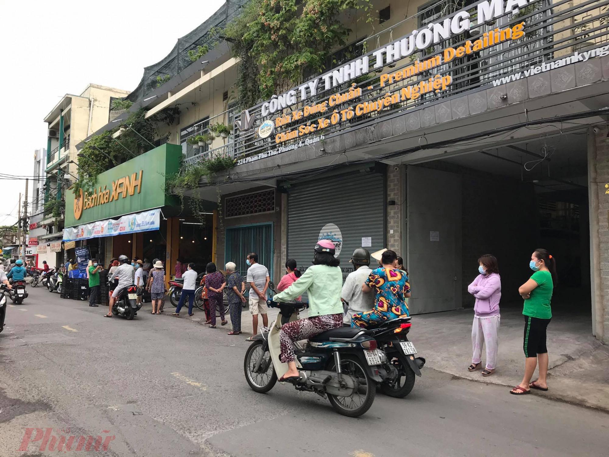 Không  khó  để  bắt gặp hình  ảnh người  dân  phải  xếp  một hàng dài trước siêu thị, chợ, cửa  hàng  bách  hoá , thực  phẩm  trong  sáng nay (8/7) để  mua  sắm nhu  yếu phẩm, thực  phẩmm.