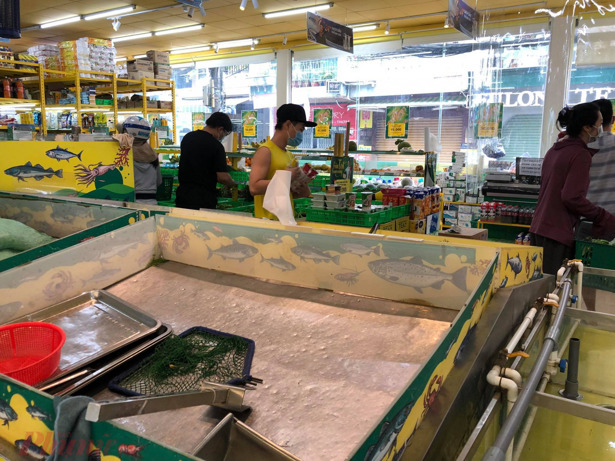 Kệ  bán  cá  bị mua sạch  sẽ.