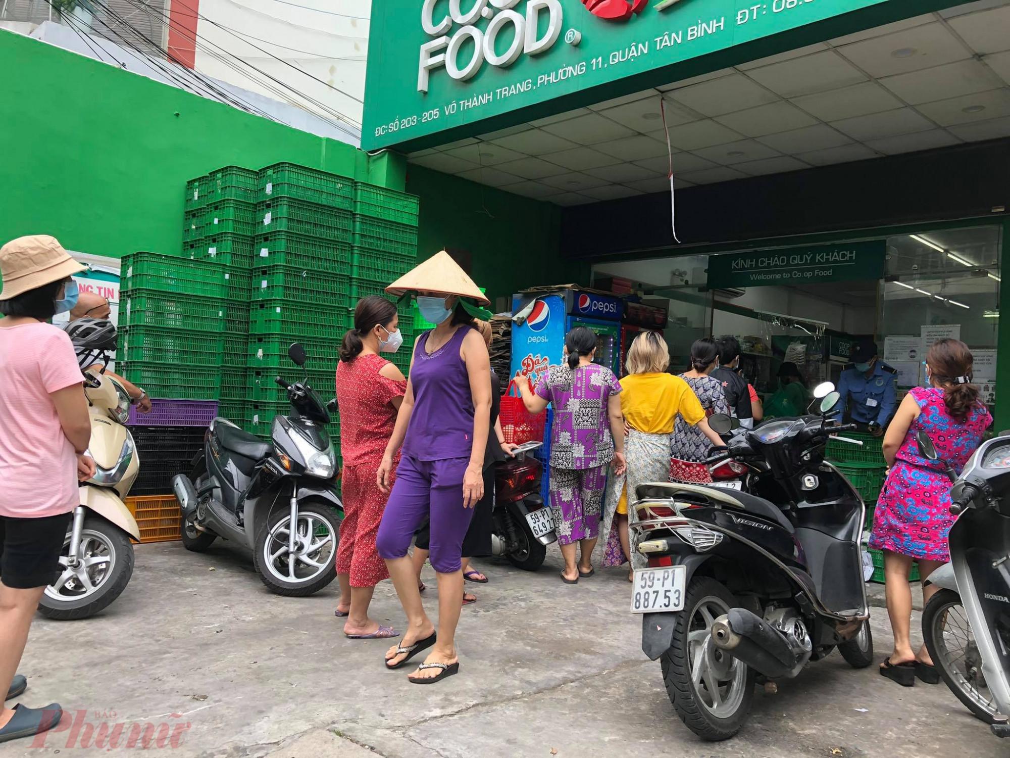 Tại co.op gôd khách xếp hàng đến lượt vào khá nhiều, người mua cho biết vẫn còn rau thịt.