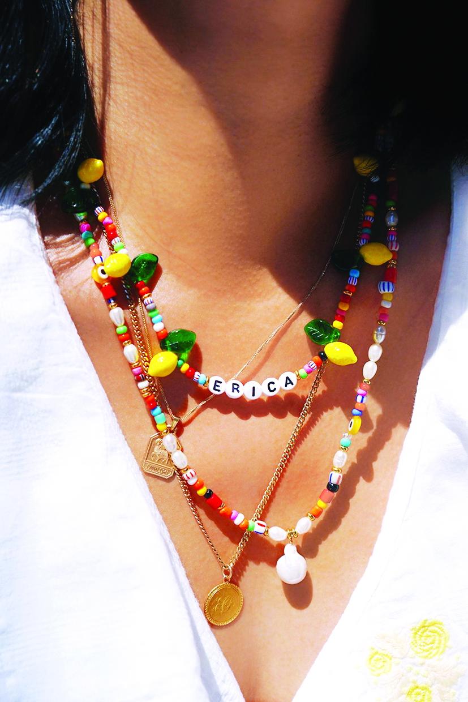 Không ít tín đồ thời trang đã biến tấu vòng hạt nhựa thành dây đeo khẩu trang, dây đeo kính, dây trang trí điện thoại, túi xách hoặc trang trí thắt lưng
