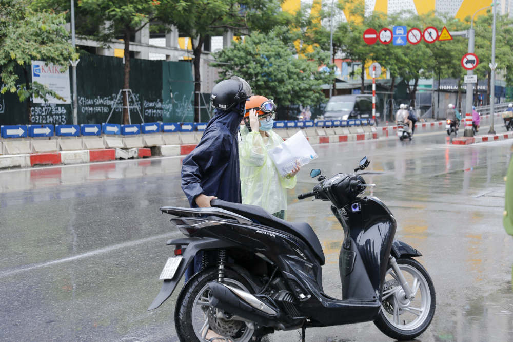 Theo chỉ đạo của Sở GD&ĐT Hà Nội, phụ huynh không tụ tập, không đứng chờ con ngoài khu vực phòng thi để đảm bảo công tác phòng chống dịch COVID-19.