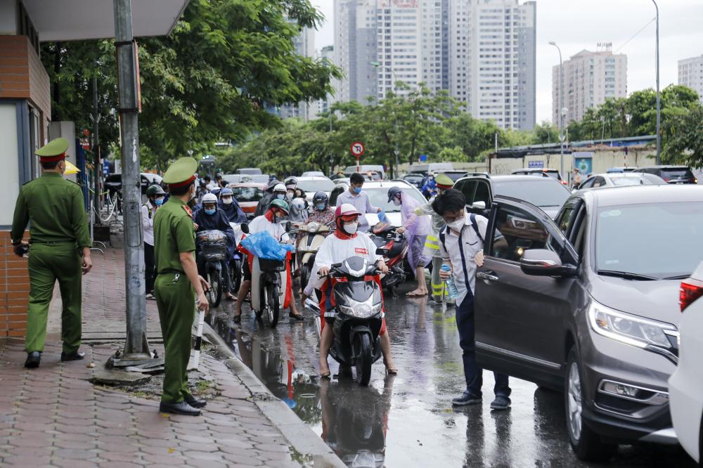 Sáng nay (8/7), Các thí sinh bước vào buổi thi tốt nghiệp THPT Quốc Gia thứ 3. Thời tiết buổi sáng sớm tại Hà Nội có mưa to đến rất to khiến thí sinh và phụ huynh gặp không ít khó khăn khi di chuyển đến trường thi.