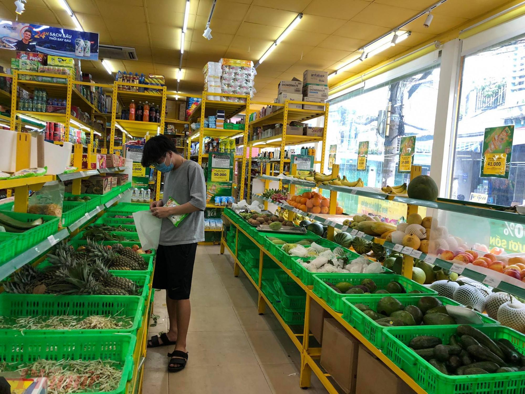 Rau quả, trái  cây  tại  Bách  Hoá  Xanh  (quận  Tân  Bình) vẫn  còn  khá  đầy  đủủ.