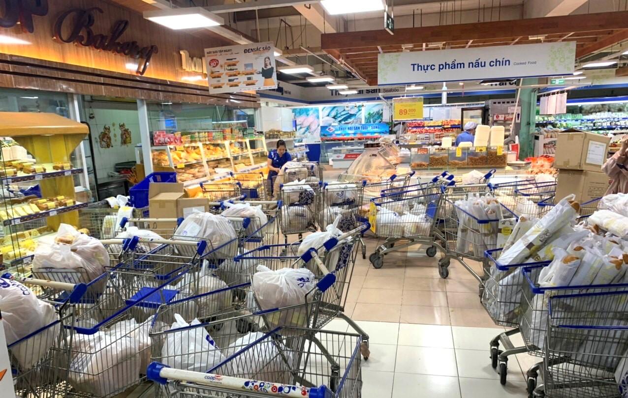 Sở Công thương TPHCM liên tục khẳng định, nguồn hàng thiết yếu không thiếu, việc các kệ hàng siêu thị, cửa hàng hết hàng trong hai ngày qua do nhiều người lo lắng mua tích trữ, việc này là không cần thiết