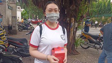 Thí sinh Phan Thị Hồng Thắm vui mừng sau khi hoàn thành tốt môn thi cuối