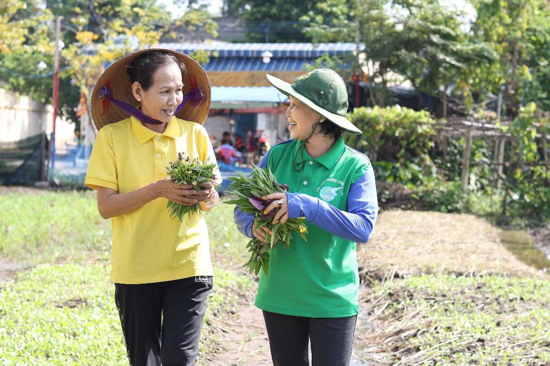 Bà biên (phải) cùng em gái Nguyễn Thị Anh cắt rau cho bếp ăn nghĩa tình