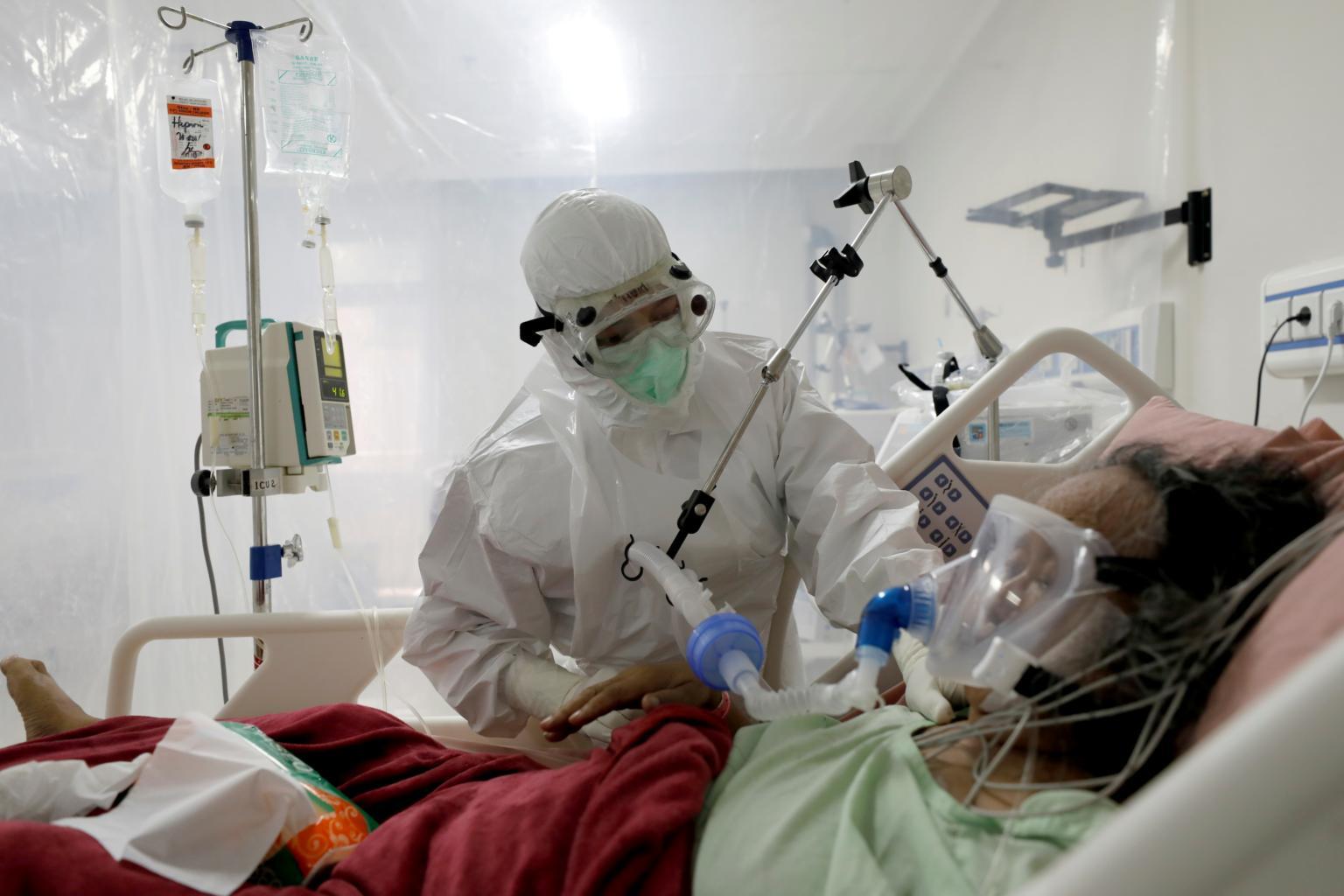 Hệ thống chăm sóc sức khỏe mong manh của Indonesia đang đứng trên bờ vực của sự sụp đổ. ẢNH: REUTERS