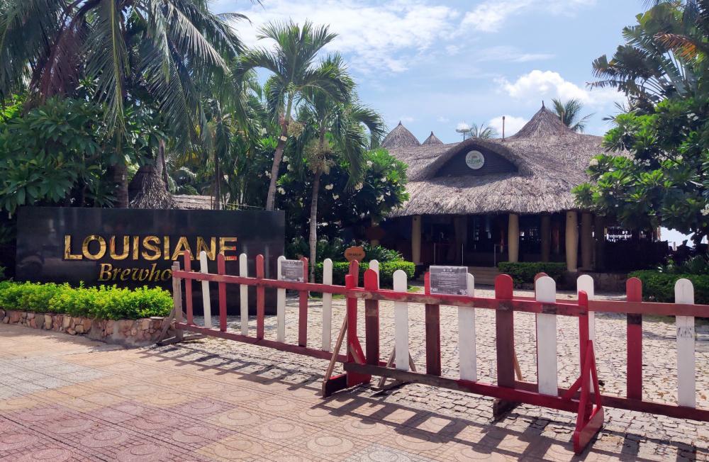 Các cửa hàng buôn bán sản phẩm du lịch, nhà hàng khắp thành phố cũng đóng cửa theo yêu cầu của chính quyền thành phố.