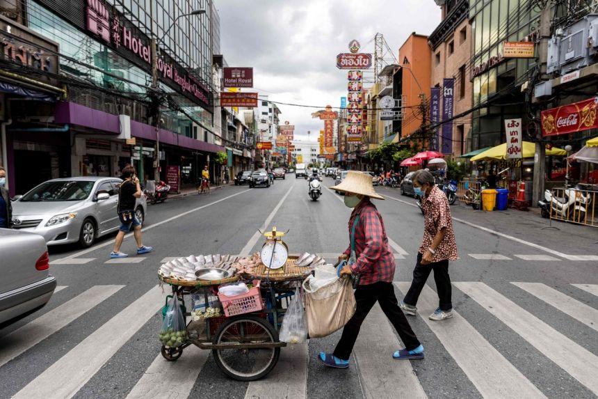 Vào ngày 8/7, Thái Lan công bố một loạt các biện pháp ngăn chặn virus chặt chẽ hơn, bao gồm lệnh cấm tụ tập trên 5 người, đóng cửa các spa và cơ sở làm đẹp, đồng thời giảm giờ làm việc của một số doanh nghiệp