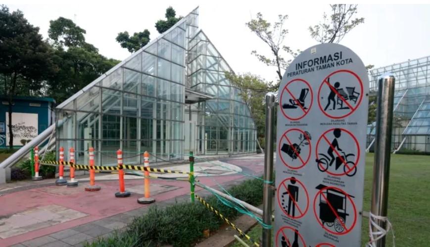 Công viên Menteng của Jakarta đóng cửa khi Indonesia áp dụng các biện pháp khẩn cấp do số ca COVID-19 tăng đột biến