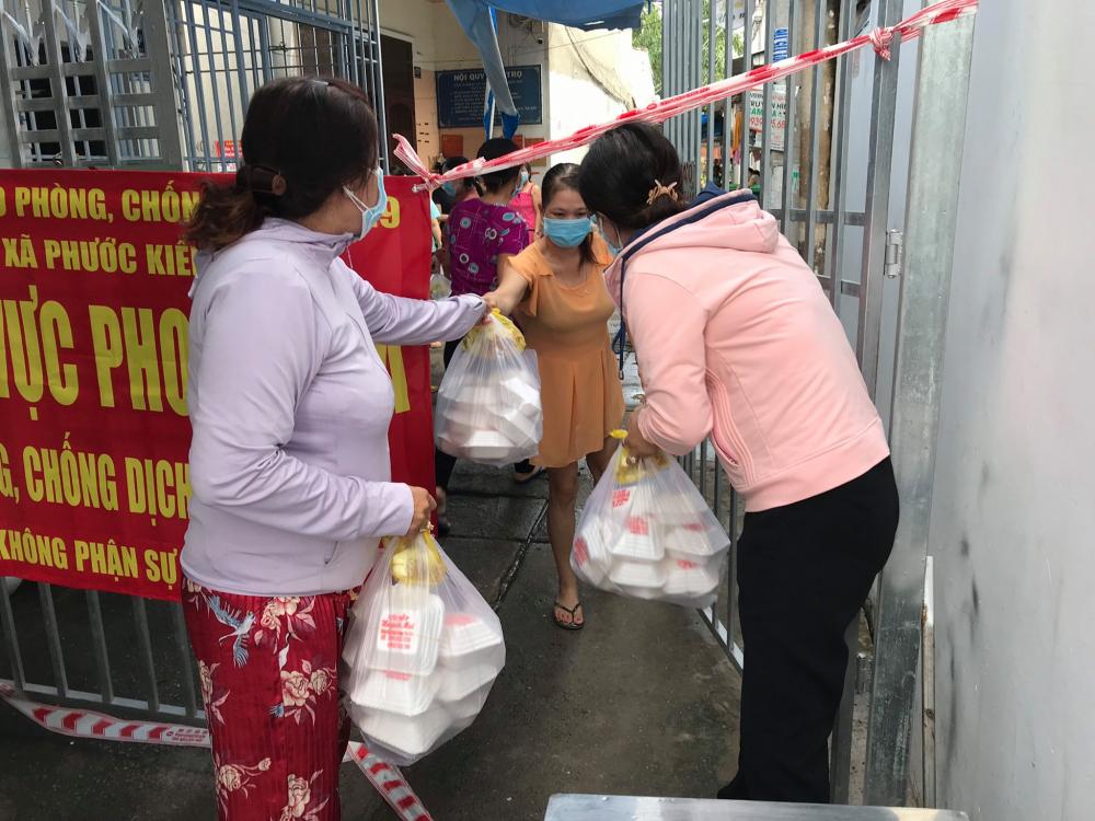 Cán bộ Hội phụ nữ xã Phước Kiển, H.Nhà Bè tiếp tế người dân tại các khu cách ly