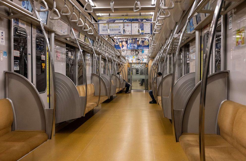 Một toa tàu điện ngầm băng qua Tokyo gần như trống rỗng hôm 8/7