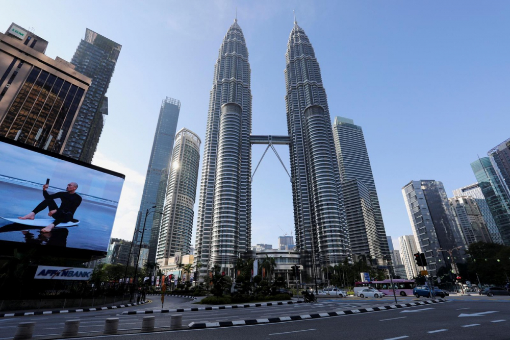 Khung cảnh vắng lặng trước tòa tháp đôi Petronas tại thủ đô Kualar Lumpur, Malaysia