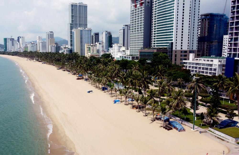 Bờ biển tại trung tâm thành phố cũng không còn người đến vui chơi, hoàn toàn yên ắng