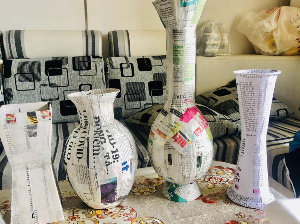 Những chiếc bình đủ kiểu dáng được bồi từ báo và tập vở cũ