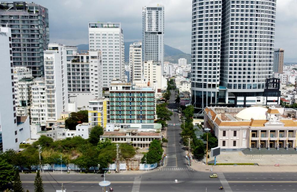 Giao lộ Trần Phú - Nguyễn Thị Minh Khai thường ngày đông đúc giao thông nay thưa thớt ít xe qua lại
