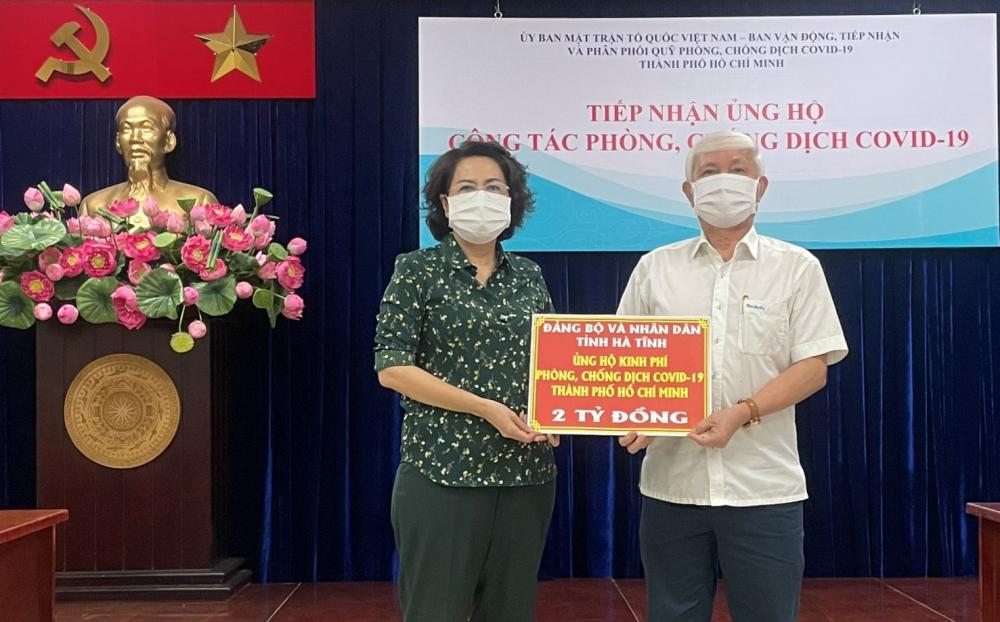 Được ủy quyền đại diện Đảng bộ, Nhân dân tỉnh Hà Tĩnh, ông Phan Xuân Biên trao 2 tỷ đồng gửi đến Nhân dân TPHCM.