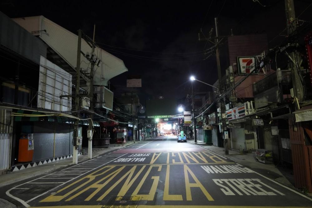 """Tuy nhiên, 12 khách du lịch hiện bị mắc kẹt trong """"vùng cách ly địa phương"""" ở Phuket sau khi một du khách khác bay cùng họ đến hòn đảo có kết quả xét nghiệm dương tính với COVID-19"""