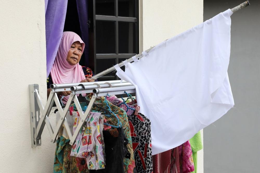 Một số người dân tại Kula Lumpur phải giơ cờ trắng để cầu cứu trong thời gian thủ đô phong tỏa