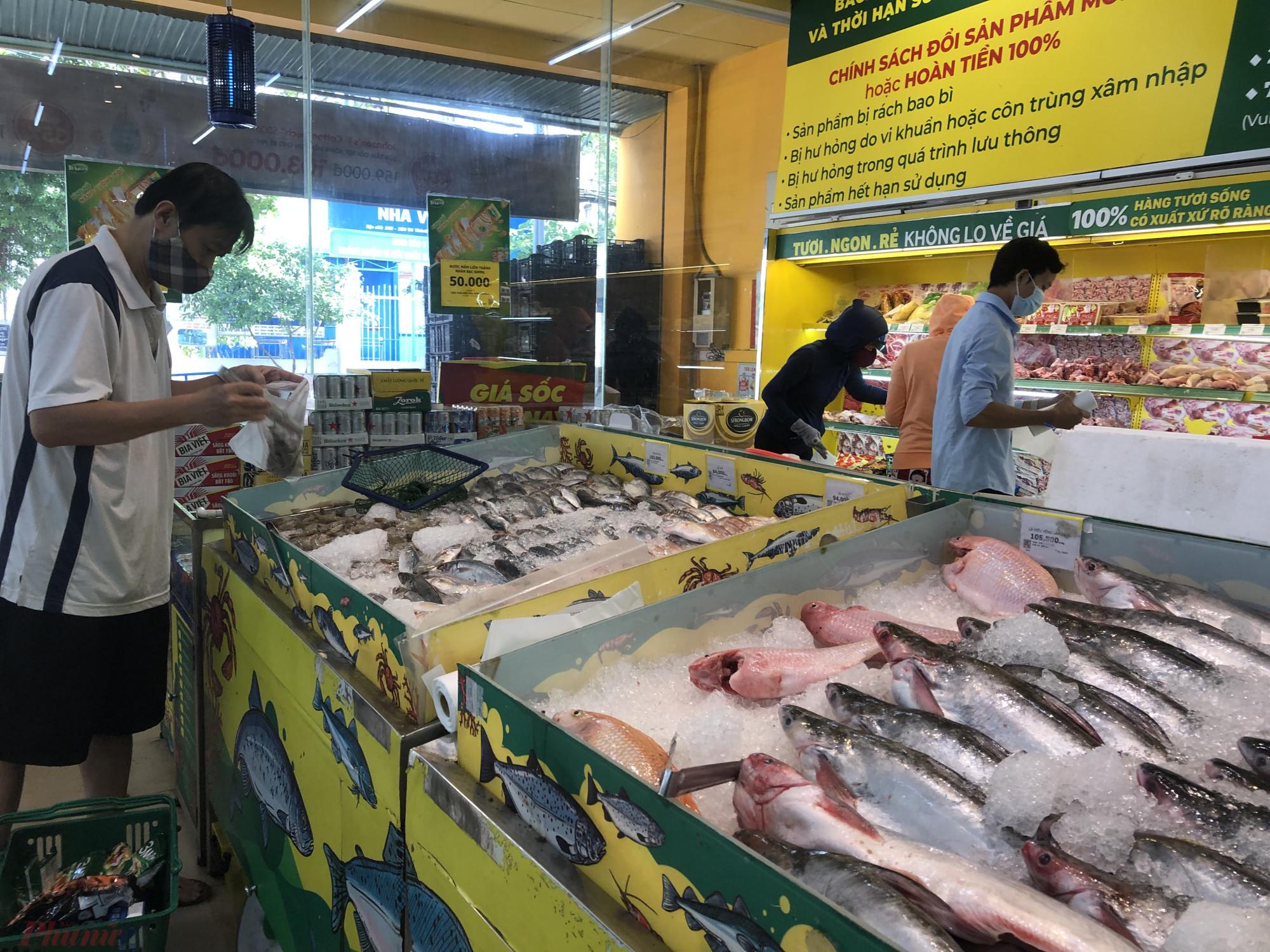 Thuỷ hải sản cũng nhiều với đầy đủ loại cá tôm, cá đông lạnh lẫn cá sống