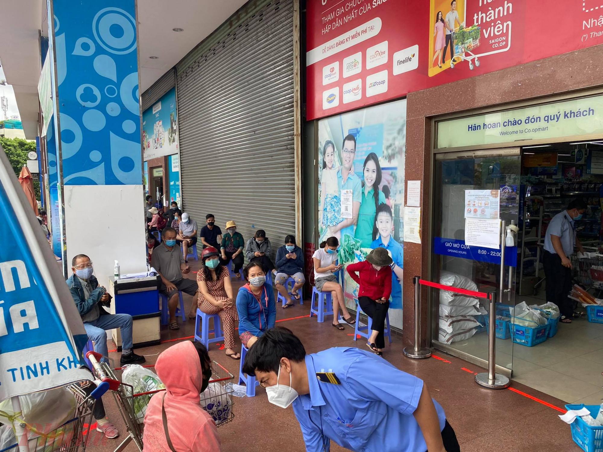 Tại Co.op Nhiêu Lộc đường Trường Sa (Q.3, TPHCM), khách đang ngồi chờ vào mua thực phẩm.Mới đây nhất, UBND 12 phường trên địa bàn Q.3 đã bắt đầu phát phiếu đi siêu thị Co.op cho người dân. Theo đó, siêu thị Co.op Nhiêu Lộc dành cho nhân dân từ P.9 đến P.14, trong đó ngày chẵn là dành cho người dân thuộc khu vực P.10, P.12, P.14; còn ngày lẻ là dành cho người dân thuộc các P.9, P.11, P.13. Còn tại siêu thị Co.op Mart Nguyễn Đình, ngày chẵn sẽ dành cho người dân P.2, P.4 và Võ Thị Sáu; ngày lẻ thì là người dân tại P.1, P.3 và P.5.