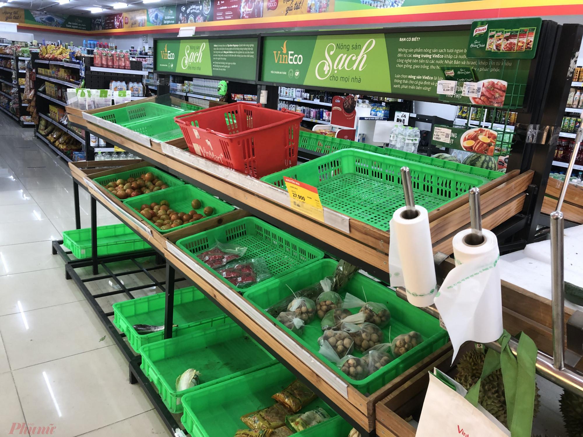 Quầy rau tại Vinmart chỉ còn vài loại