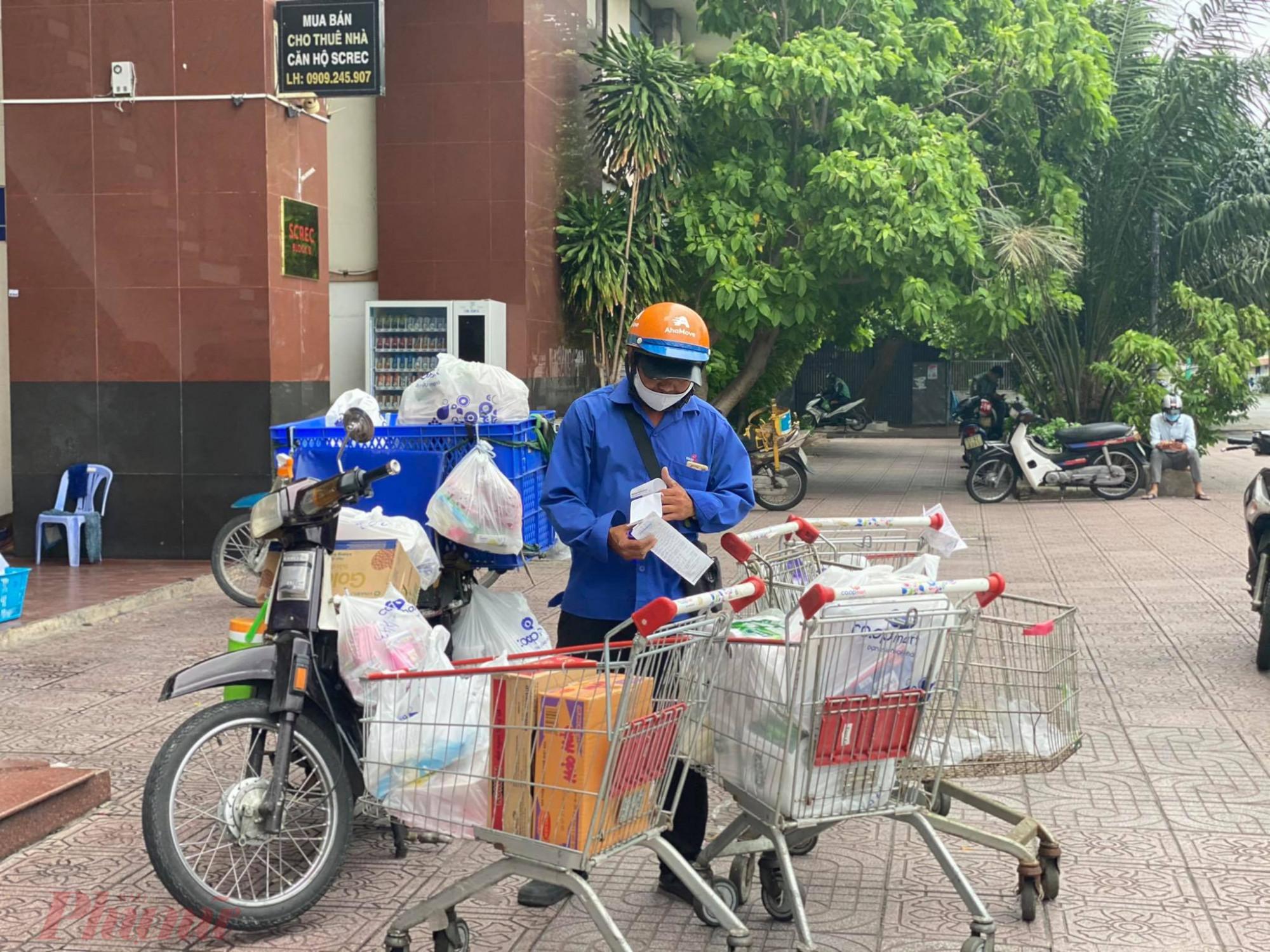 Đội ngũ giao hàng tại siêu thị đang chuẩn bị giao hàng cho khách
