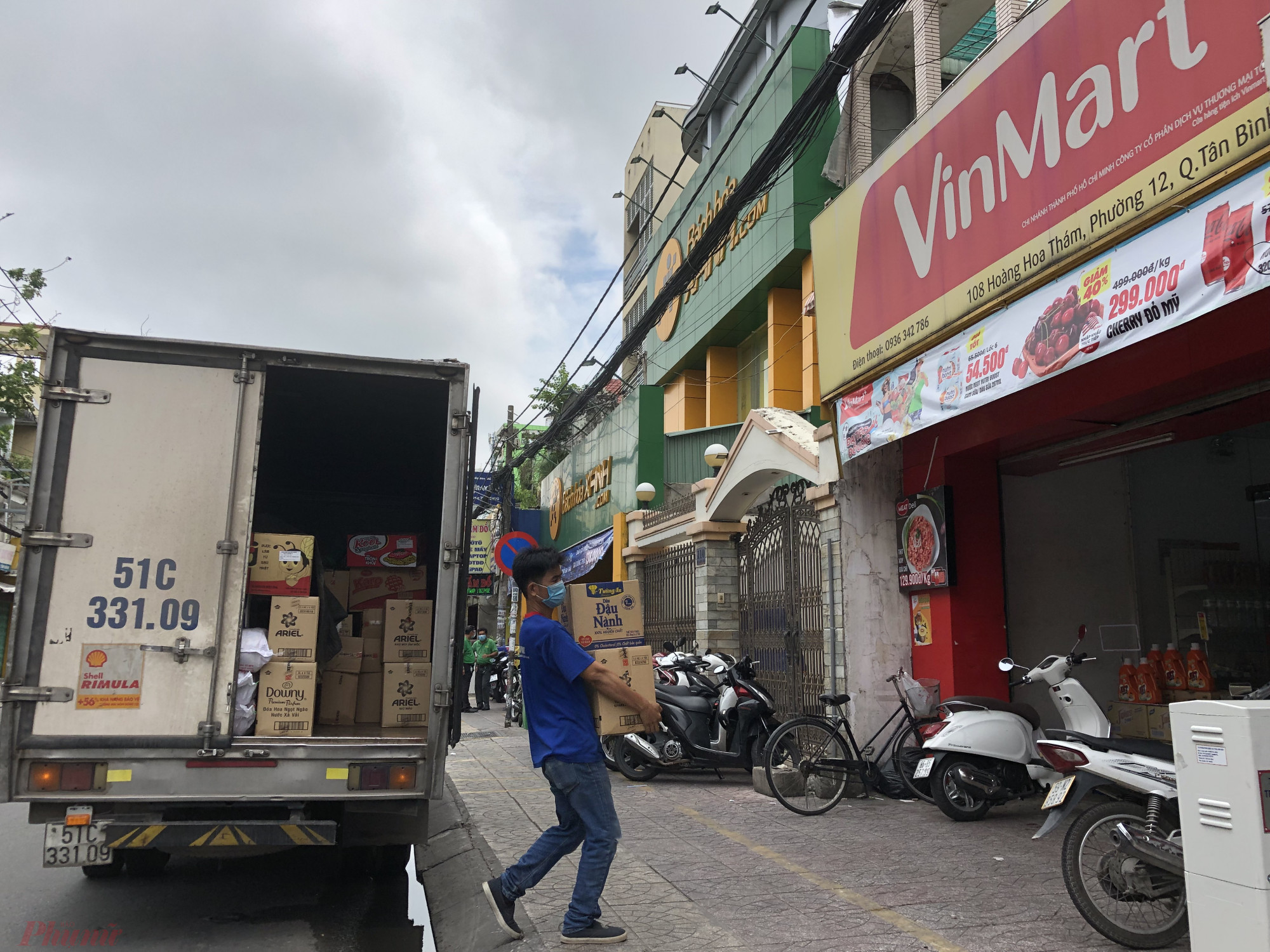 Tại cửa hàng Vinmart khác trên đường Đồng Đen (Q.Tân Bình, TPHCM) một xe đang chở đầy ắp thực phẩm đến