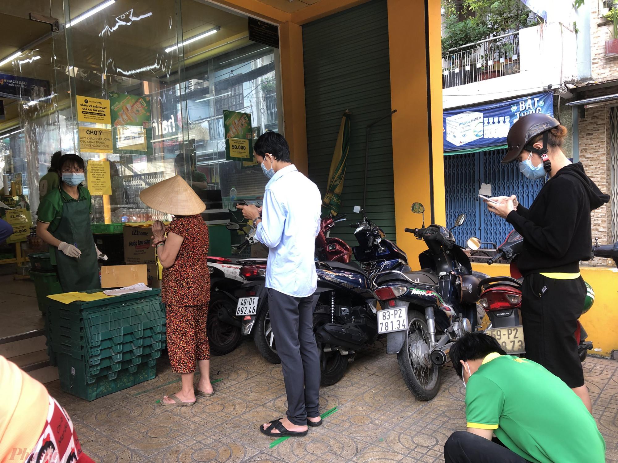Trước Bách Hoá Xanh đường Võ Thành Trang (Q.Tân Bình, TPHCM) chỉ có vài khách chờ đến lượt vào trong.