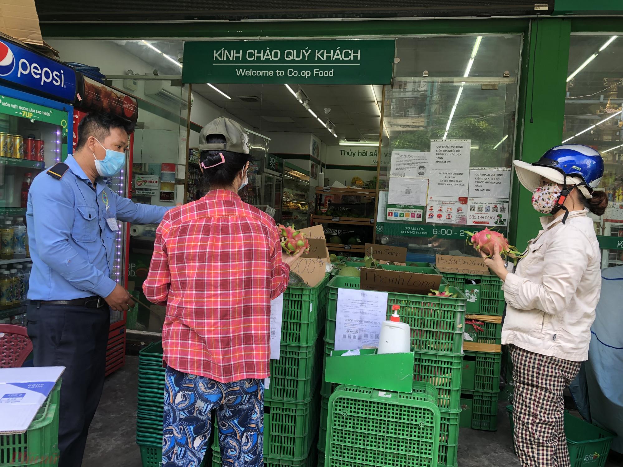 Một số cửa hàng Co.opFood loại trái cây được đưa ra mặt tiền cửa hàng để khách dễ chọn