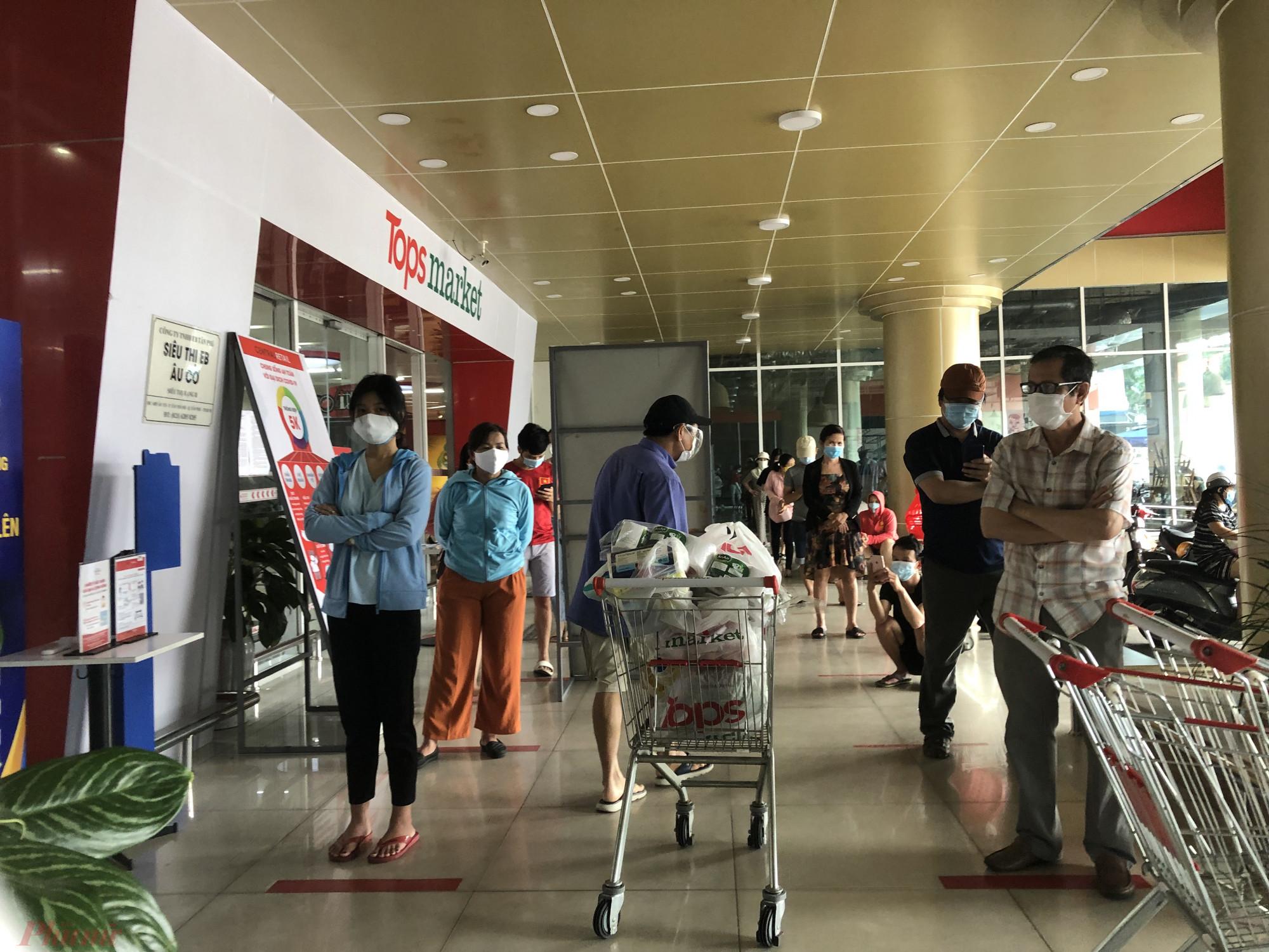 Nếu như tại các cửa hàng tiện lợi, không còn cảnh xếp hàng dài thì tại siêu thị TopMart đường Âu Cơ (Q.Tân Bình, TPHCM) khách xếp hàng khá đông