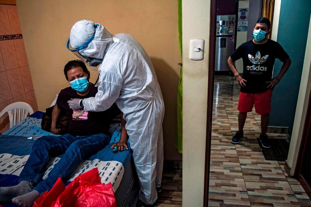 Một bác sĩ khám cho bệnh nhân mắc COVID-19 tại nhà ở ngoại ô Lima, Peru.biến thể Lambda, lần đầu tiên được xác định ở Peru, đã được báo cáo ở 29 quốc gia - Ảnh: Getty Images