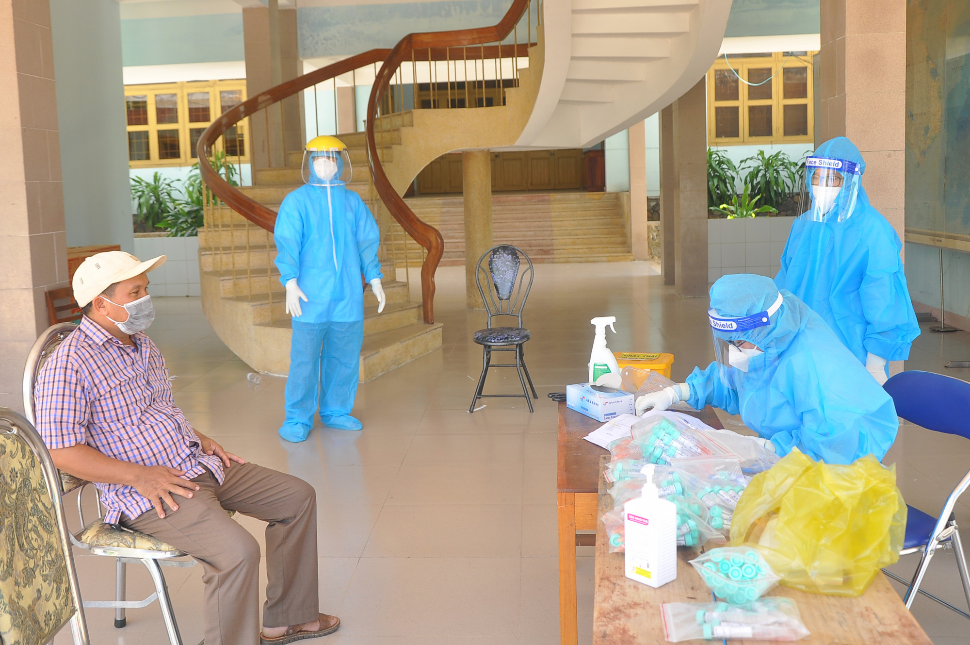Lực lượng chức năng Phú Yên lấy mẫu xét nghiệm SARS-CoV-2