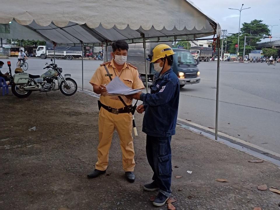 Bàn giao hệ thống điện cho chốt kiểm soát phòng dịch trên Quốc lộ 1A. Ảnh: EVNHCMC