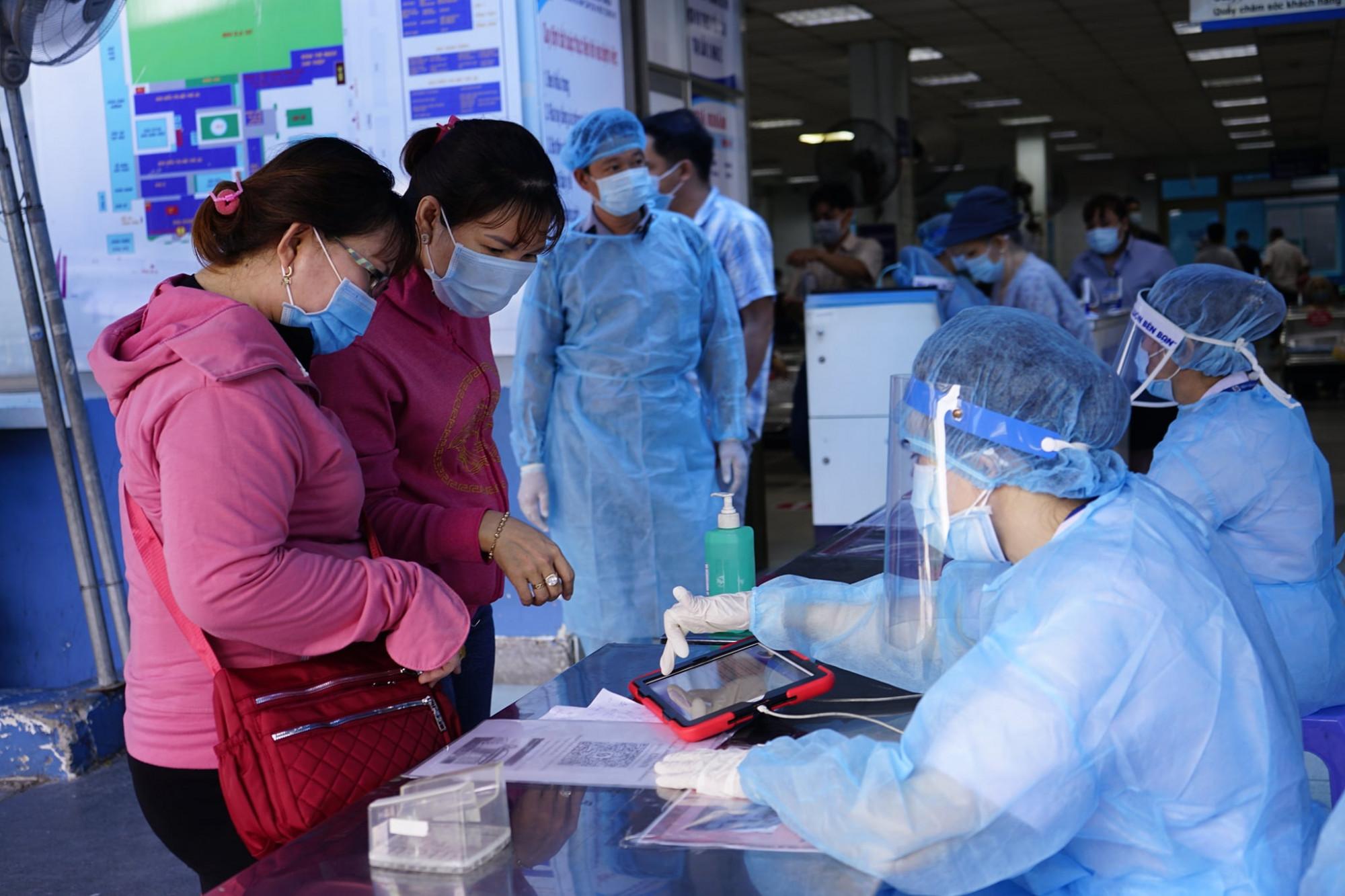 Tiếp nhận bệnh nhân đến khám chữa bệnh trước tại BV Gia Định trước thời điểm nơi này chuyển thành nơi chuyên điều trị bệnh nhân COVID-19 nặng.