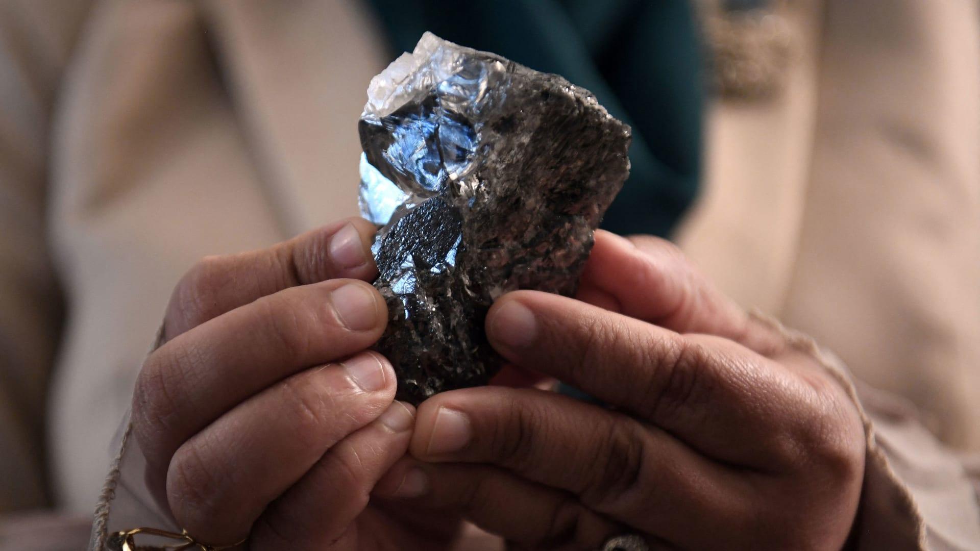 Viên kim cương khổng lồ 1.174 ca-ra được tìm thấy ở Botswana - Ảnh: Monirul Bhuiyan/AFP/Getty Images
