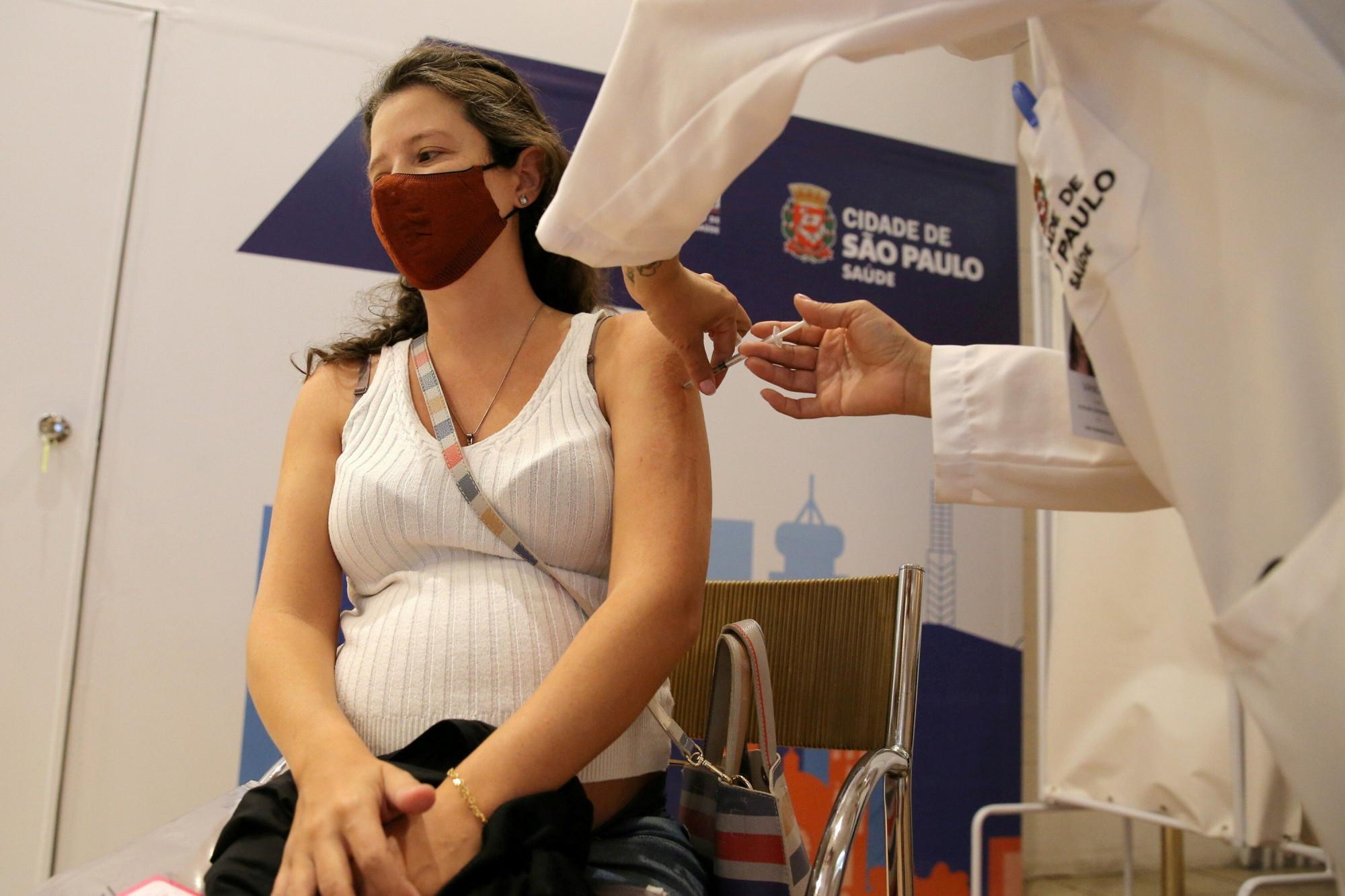 ột phụ nữ Brazil tiêm vắc-xin Pfizer Covid-19 ở Sao Paulo. Ảnh: Reuters