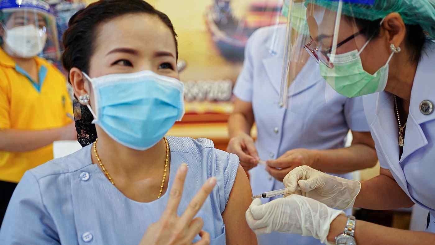 Một phụ nữ Thái Lan ở tỉnh Samut Sakhon vừa được tiêm vắc xin - Ảnh: Reuters